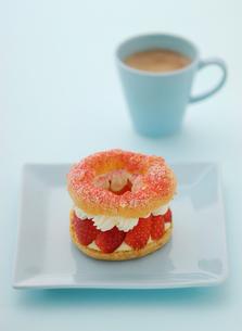 青いお皿にのったケーキの写真素材 [FYI00312543]