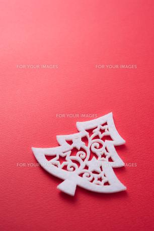 赤バックにクリスマスツリー型のフェルトの素材 [FYI00312578]