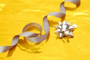 銀色のリボンと金色の包装紙の写真素材 [FYI00312636]
