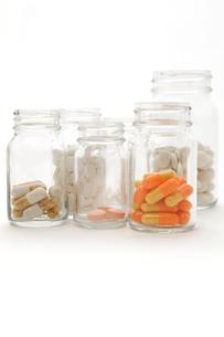 薬ビンと色々な薬の写真素材 [FYI00312652]