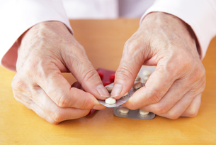 薬を手に取る高齢者の写真素材 [FYI00312703]