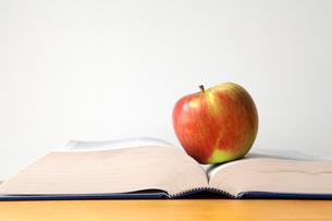 本とりんごの写真素材 [FYI00312729]