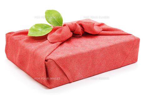 風呂敷と椿の葉の写真素材 [FYI00312757]