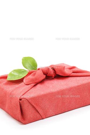 風呂敷と椿の葉の写真素材 [FYI00312769]