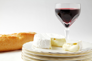 ワインとカマンベールチーズとパンの写真素材 [FYI00312840]