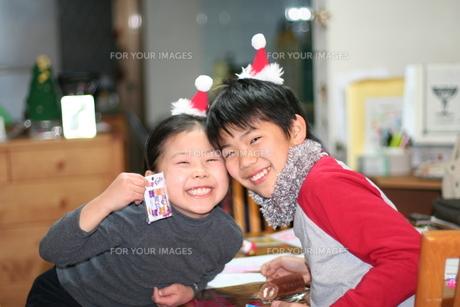 兄妹のクリスマスパーティーの写真素材 [FYI00313037]