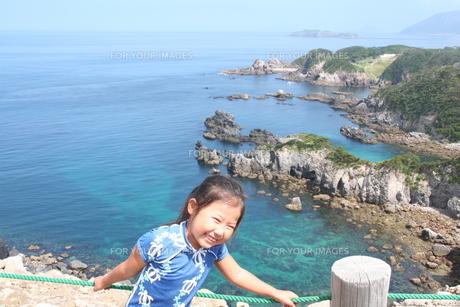 子供と海の写真素材 [FYI00313039]
