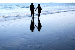 浜辺を歩くカップルの素材 [FYI00313095]