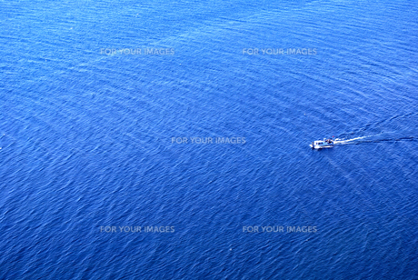 青く広がる海とクルーザーの写真素材 [FYI00313109]
