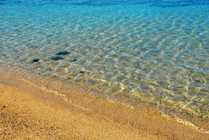 透き通るような海と砂浜の写真素材 [FYI00313119]