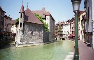 フランス 人気避暑地 アヌシーの名所(旧牢獄)の写真素材 [FYI00313123]