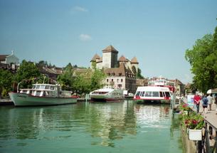 フランス 人気避暑地 アヌシーの湖畔の風景2の写真素材 [FYI00313126]