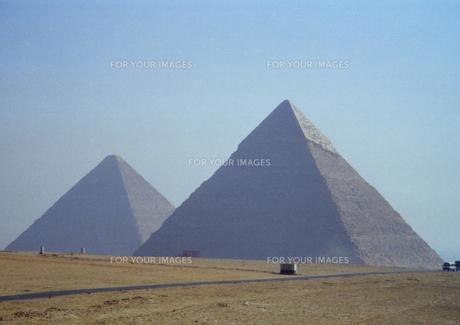 エジプト ギザの2つのピラミッドの写真素材 [FYI00313127]