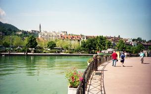 フランス 人気避暑地 アヌシーの湖畔の風景3の写真素材 [FYI00313140]