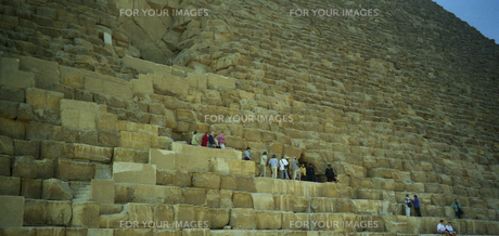エジプト ギザのクフ王ピラミッドの石段の写真素材 [FYI00313152]