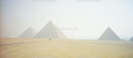 エジプト ギザの3つのピラミッド全景の写真素材 [FYI00313153]