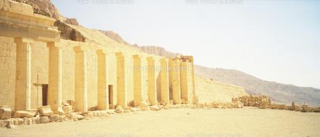 ルクソールのハトシェプスト女王葬祭殿周辺風景の写真素材 [FYI00313154]