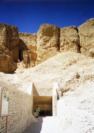 ルクソールの王家の谷の王墓入口と断崖の写真素材 [FYI00313167]