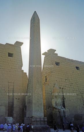 ルクソール神殿のラムセス2世巨像とオベリスクの写真素材 [FYI00313168]