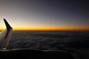夜のフライトする飛行機の素材 [FYI00313186]