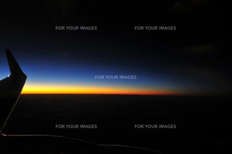 飛行機から見える夜の地平線の素材 [FYI00313203]