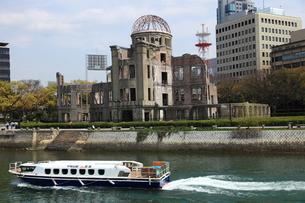 原爆ドームと船の写真素材 [FYI00313300]