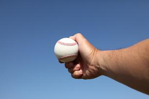 硬球と男性の手の写真素材 [FYI00313303]