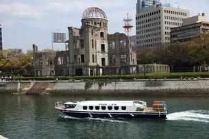原爆ドームと船の写真素材 [FYI00313316]