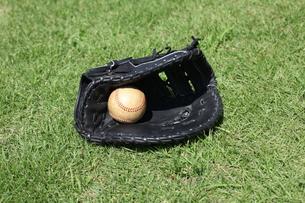 ファーストミット黒と硬球の写真素材 [FYI00313359]