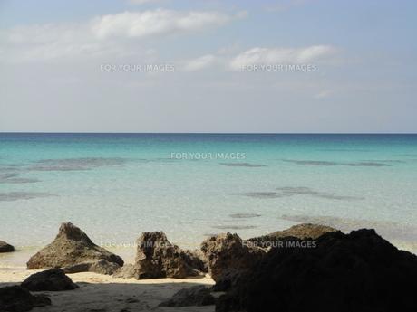 砂山ビーチの洞窟から望む海の写真素材 [FYI00313419]