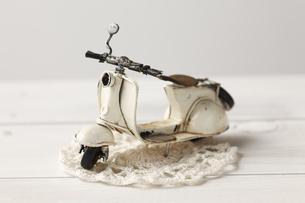 白いスクーターとレースの写真素材 [FYI00313453]