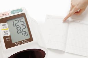 血圧計 指差しの写真素材 [FYI00313459]