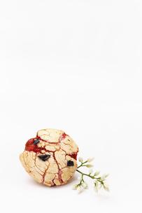 豆菓子と小さな花の写真素材 [FYI00313465]