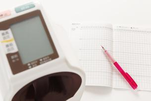 血圧計とペンの写真素材 [FYI00313475]