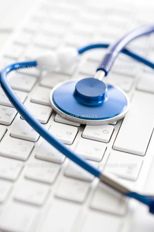 キーボードと聴診器の写真素材 [FYI00313815]