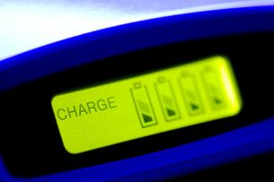 ニッケル水素電池、充電中の写真素材 [FYI00314274]