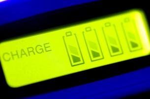 ニッケル水素電池、充電中の写真素材 [FYI00314276]