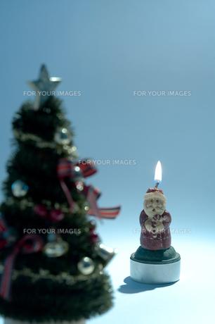 クリスマスツリーとサンタクロースの素材 [FYI00314357]