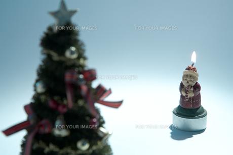 クリスマスツリーとサンタクロースの素材 [FYI00314359]