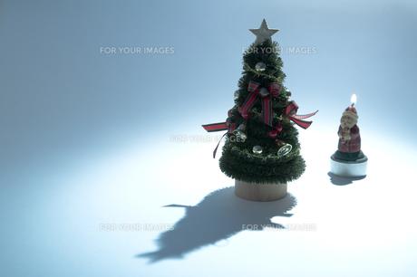 クリスマスツリーとサンタクロースの素材 [FYI00314363]