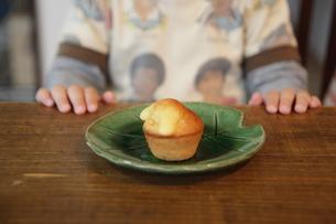 マドレーヌを食べる子どもの写真素材 [FYI00314468]