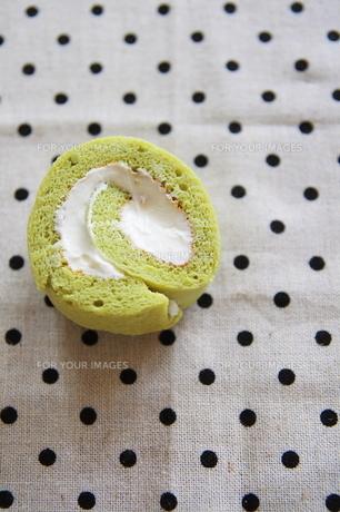 グリーンティのロールケーキの写真素材 [FYI00314484]