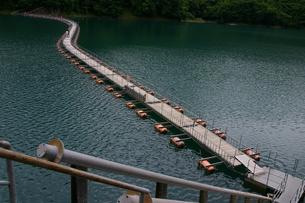 奥多摩湖の浮橋の写真素材 [FYI00314527]