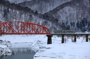 冬のJR北上線 錦秋湖の写真素材 [FYI00314931]