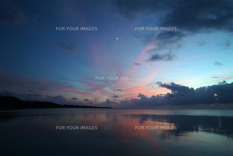 竹富島西桟橋より月を見るの写真素材 [FYI00315380]