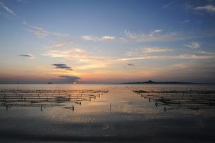 備瀬から伊江島の夕日を臨むの素材 [FYI00315390]