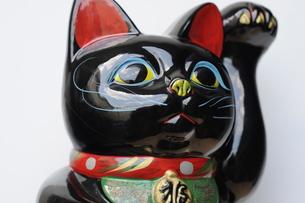 黒招き猫アップの素材 [FYI00315412]