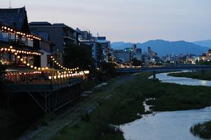 鴨川川床夜景の写真素材 [FYI00315418]