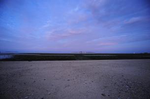 備瀬崎から夜明け前の伊江島を臨むの写真素材 [FYI00315437]
