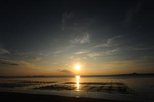 備瀬崎から伊江島の夕日を臨むの素材 [FYI00315438]